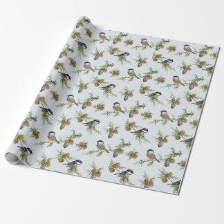 Kiefernkegel und -vögel Weihnachtsmuster Geschenkpapier