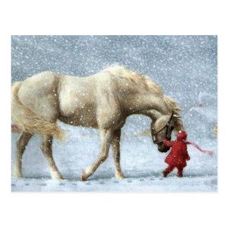 Kind, das ein Pferd im Schnee führt Postkarte