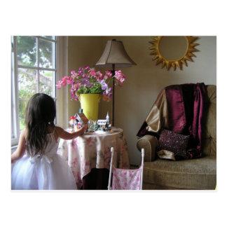 Kind mit süßen Erbsen Postkarte