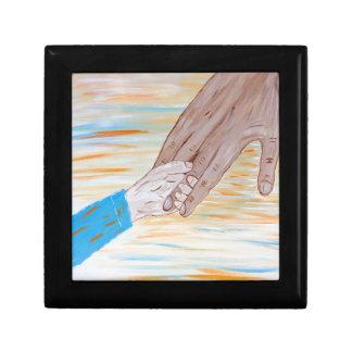 Kind, welches die Hand des Vaters hält Geschenkbox
