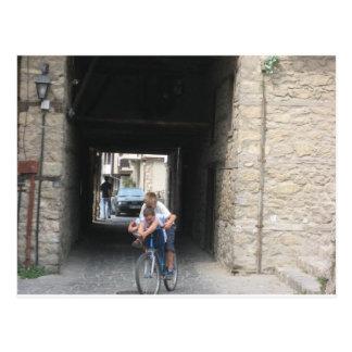 Kinder auf Fahrrädern Postkarte