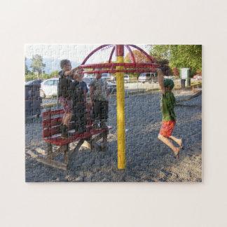 Kinder auf Spielplatz-Kreis-Puzzlespiel Puzzle