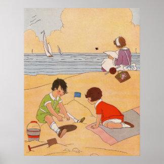 Kinder, die am Strand-Plakat spielen