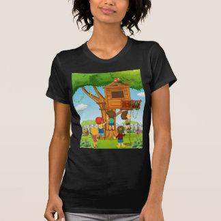 Kinder, die auf dem Baumhaus spielen T-Shirt