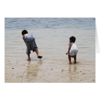 Kinder, die auf dem Strand spielen Karte