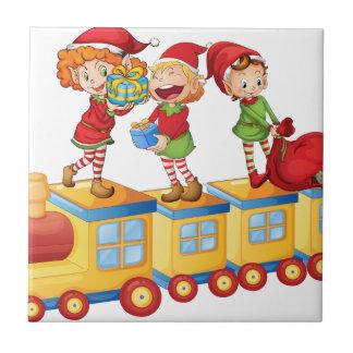 Kinder, die auf Zug spielen Fliese