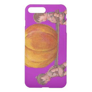 Kinder, die den Riesenkürbis lila tragen iPhone 7 Plus Hülle