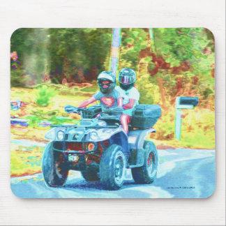 Kinder, die ein ATV alles Gelände-Fahrzeug auf Mousepad