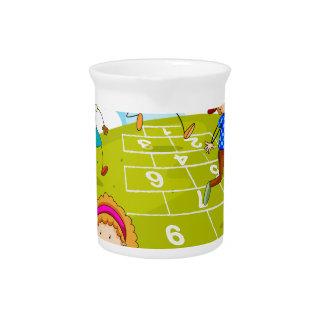 Kinder, die Hopse im Park spielen Getränke Pitcher