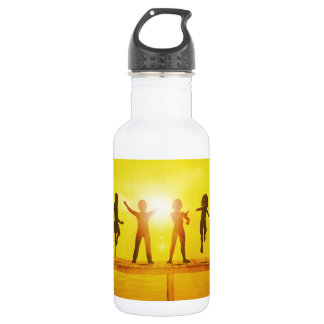 Kinder, die in der Sommerzeit auf einem Pier Edelstahlflasche