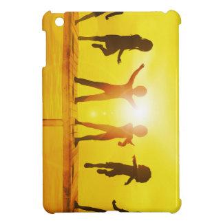Kinder, die in der Sommerzeit auf einem Pier iPad Mini Hülle
