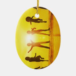 Kinder, die in der Sommerzeit auf einem Pier Keramik Ornament