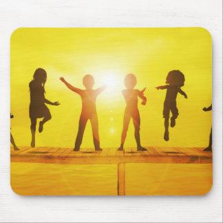 Kinder, die in der Sommerzeit auf einem Pier Mauspads