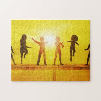 Kinder, die in der Sommerzeit auf einem Pier Puzzle