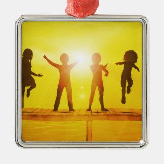 Kinder, die in der Sommerzeit auf einem Pier Quadratisches Silberfarbenes Ornament