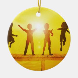 Kinder, die in der Sommerzeit auf einem Pier Rundes Keramik Ornament