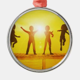Kinder, die in der Sommerzeit auf einem Pier Rundes Silberfarbenes Ornament