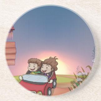 Kinder in einem Auto, in der Anschlagtafel und in Untersetzer