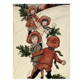 Kinder mit Stechpalmen-werfenden Schneebällen Postkarte
