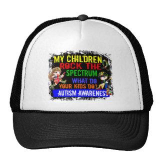 Kinder schaukeln den Spektrum-Autismus Mütze