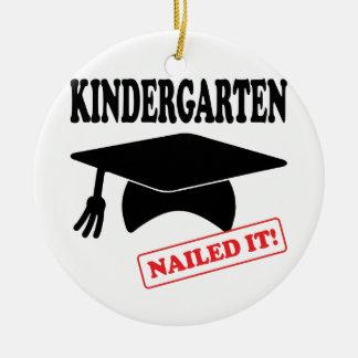Kindergarten nagelte es keramik ornament