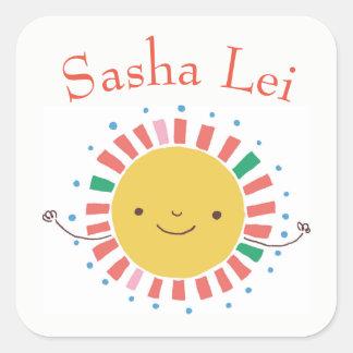 Kindernamensaufkleber mit lächelndem Sun Quadratischer Aufkleber
