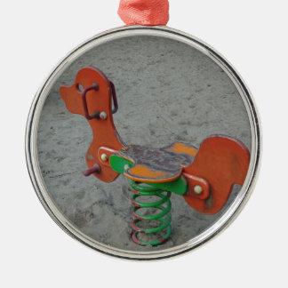 Kinderspielplatz-orange Hundespielzeug im Sand Silbernes Ornament