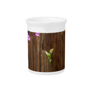 Kirschbaum-Blüten und hölzerner Pole Krug