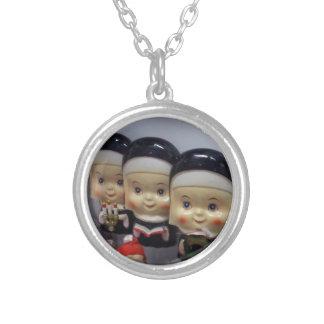 Kitschy Bobble-Köpfige Nonnen Halskette Mit Rundem Anhänger