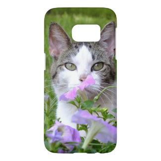 Kitty, der den Kasten der Blumen-Galaxie-S7 riecht