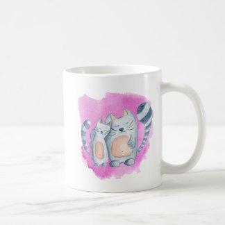 Kitty umarmt Tasse