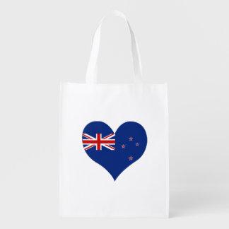 Kiwi-Flagge auf einem bewölkten Hintergrund