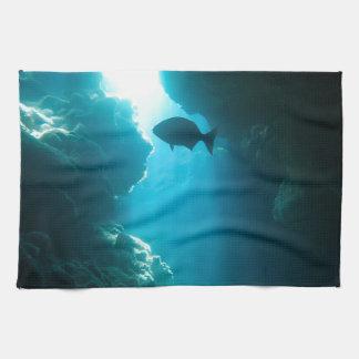 Klare blaue Höhle und Fische Handtuch