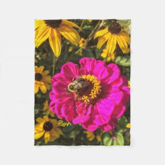 Klare Blumen mit Biene Fleecedecke
