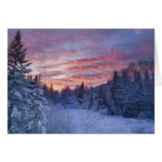 Klarer Sonnenuntergang malt den Himmel über Karte