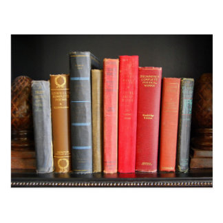 Klassische Bücher auf einem Regal Postkarte