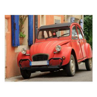 Klassisches französisches Auto auf einer Straße in Postkarte