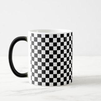 Klassisches Schwarzweiss-Schachbrett Verwandlungstasse