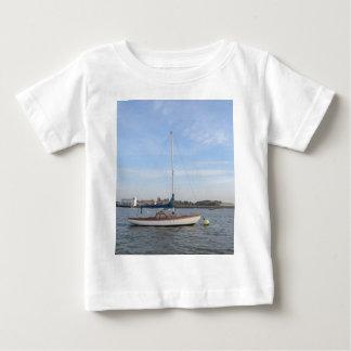 Klassisches Wochenenden-Segelboot Baby T-shirt