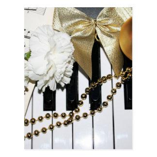 Klavier-oder Organ-Tastatur und weiße Gartennelken Postkarte