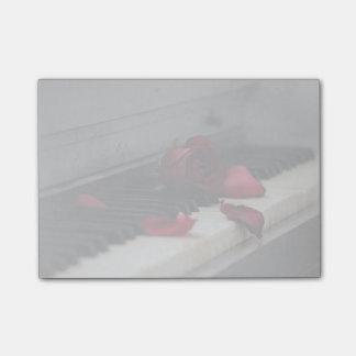 Klavier-Schlüssel mit einer Roten Rose Post-it Klebezettel