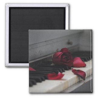 Klavier-Schlüssel mit einer Roten Rose Quadratischer Magnet
