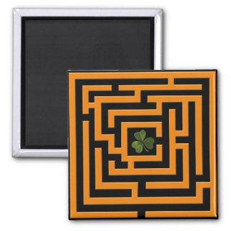 Kleeblatt in der orange Labyrinth-Herausforderung Quadratischer Magnet