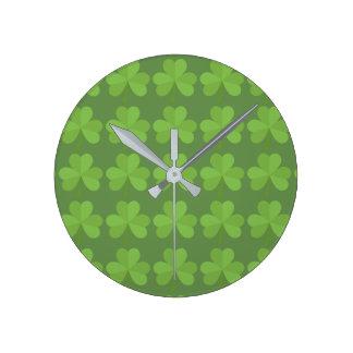 Kleeblatt-irisches Klee-Muster St Patrick Irland Runde Wanduhr