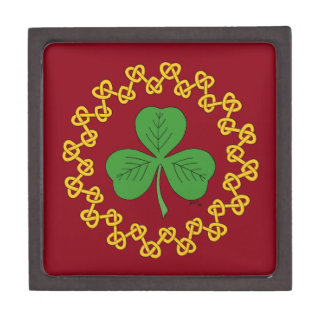 Kleeblatt und Knüpfarbeit auf Rot Schachtel