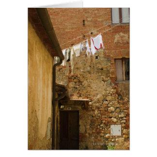 Kleidung, die hängt, um auf einer Wäscheleine zu Karte