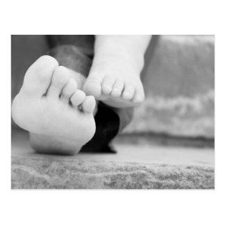 Kleine Beine des Kindes und seiner Mutter Postkarten