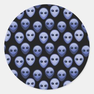 Kleine blaue alien-Köpfe Runder Aufkleber