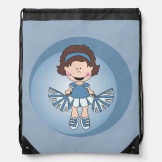 Kleine Cheerleader in Blauem und in weißem Turnbeutel
