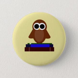 Kleine Eule, die auf Büchern sitzt Runder Button 5,7 Cm